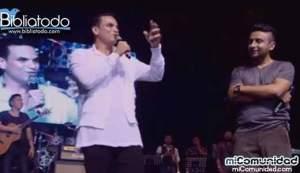 Cantante Silvestre Dangon expresa poderoso testimonio en concierto de Alex campos. Video