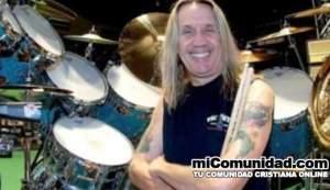 """Nicko McBrain, baterista de Iron Maiden, confesó que en algún momento vivió una batalla interna entre su fe cristiana y su lugar dentro de una de las bandas fundamentales del heavy metal. El músico, convertido al cristianismo a fines de los 90, lo contó a Tampa Bay Times: """"Estamos en una banda de rock and roll. Tocamos música y no hablamos de glorificar al diablo. No lo condonamos. No hay conflicto con eso"""". Sin embargo, Nicko McBrain admite que, al comienzo, se le hizo difícil cuando encontró su fe: """"El Señor no tiene problemas con que toque en Iron Maiden, obviamente lo sigo haciendo. Pero sí batallé con la idea una vez que me convertí al cristianismo. Oré por ello, y no he tenido ningún tipo de problema. El antiguo proverbio sigue siendo el truco más grande que ha usado el Diablo para convencernos de que no existe, cuando sabemos que sí"""". Algunos ven irónico que, considerando las acusaciones de Satanismo que cayeron sobre la banda en sus primeros años, Nicko McBrain sea un cristiano practicante que acude a la iglesia regularmente. Nicko McBrain se convirtió al cristianismo en 1999 después de una experiencia en la iglesia Spanish River, en Florida. Su esposa Rebeca le había estado insistiendo ir a la iglesia con ella. Él hizo un recuento para explicar el suceso, y dijo: """"Me quedé sentado pensando, No bebí anoche … ¿Por qué estaba así? Tuve esta historia de amor con Jesús, pasando en mi corazón"""", según dice en su biografía Wikipedia."""