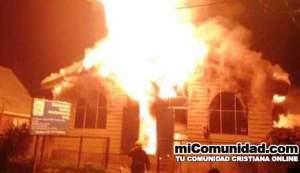 Encapuchados queman iglesia evangélica en Chile