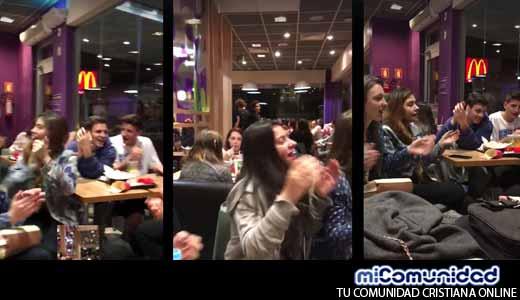 Jóvenes alaban a Dios en medio de local Mc Donalds y su video se viraliza