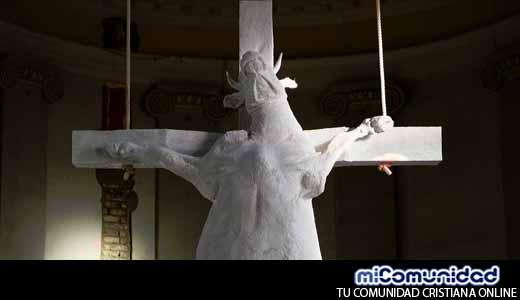 Vaca crucificada en iglesia genera ira en cristianos en Bélgica