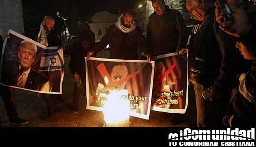 Palestinos quemaron imágenes por el anuncio de Donald Trump