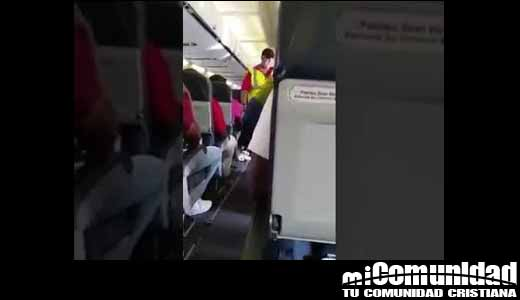 """Mujer """"tomada por el Espíritu"""" en avión habría librado a pasajeros de accidente fatal"""