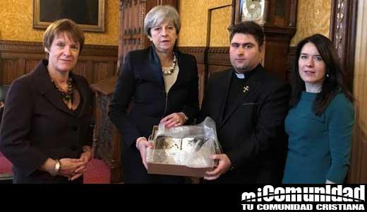 La primera ministra Theresa May recibe Biblia quemada por el Estado Islámico