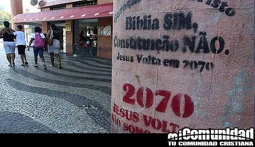 """Fieles de iglesia pintan muros y aceras """"…Jesús volverá en 2070"""""""