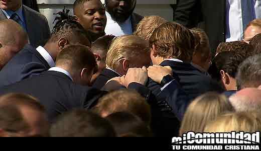 Jugadores de Crimson Tide de Alabama oran por el presidente Trump