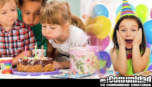 Nños celebrando un cumpleaños soplando velas biscocho