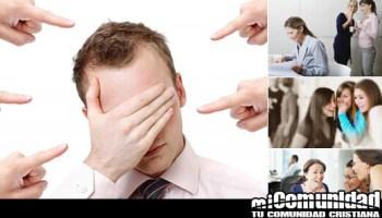 Collage de diferentes ocasiones criticando y apuntando