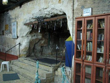La entrada a la cueva de Elías el profeta dentro de un santuario más grande.  Foto: la imagen de Hanay está licenciada bajo CC BY-SA 3.0.