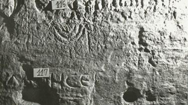 Una de las menorahs talladas que adornan las paredes de la cueva de Elías.  Foto: Prof. Asher Ovadiah.