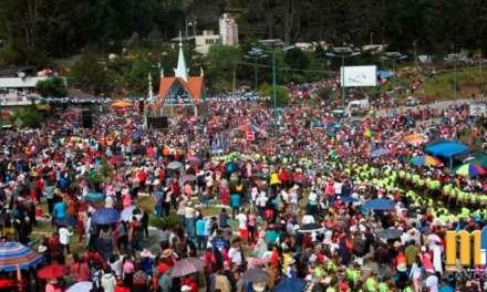 Miles de fieles en la peregrinación de la Virgen del Cisne