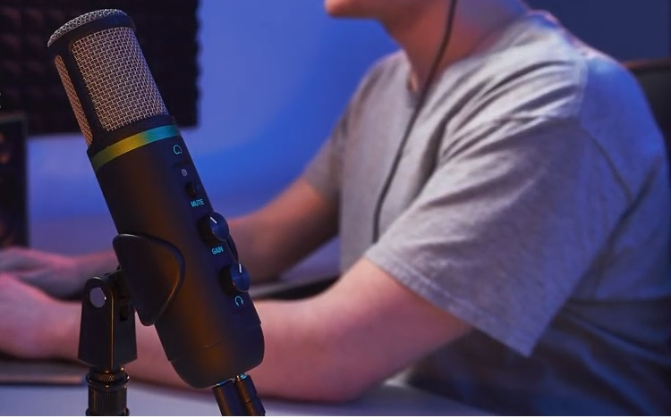 The EM-USB microphone in action with it's stand