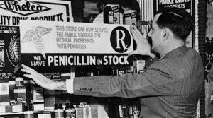 La storia Italiana del lisozima: Immagine che mostra un negozio del secondo dopoguerra che espone un manifesto pubblicizzante la penicillina