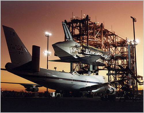 El Atlantis siendo acoplado al NASA 911 - NASA/Jim Ross
