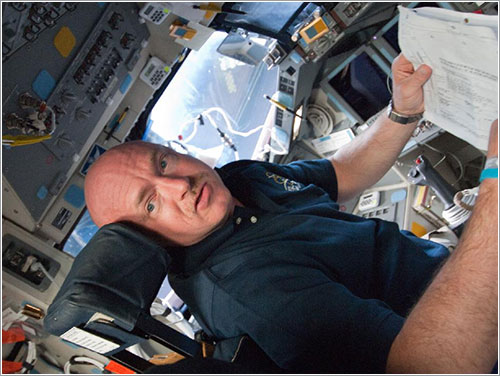 Mark Kelly en la cabina del Endeavour