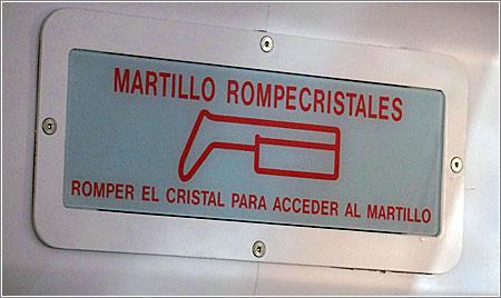 Martillo Rompecristales en un tren de Alicante