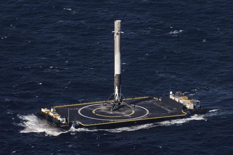 El lanzador de la Dragon 8 camino del puerto