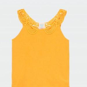 camiseta mostaza con detalle en la espalda