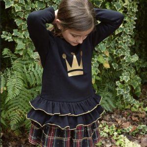 sudadera negra con corona dorada eva castro