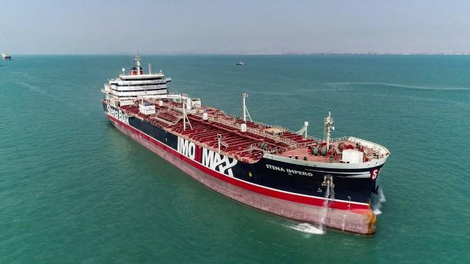 Petrol tankeri Stena Impero, İran'ın güneyindeki Bandar Abbas limanından ayrılırken. Stena Impero, 2019'da Suriye'ye giden İngiliz kuvvetleri tarafından tutuldu (AFP)