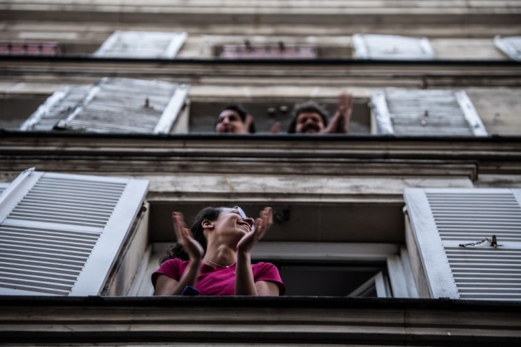 Comme ailleurs dans le monde, la France applaudit chaque soir à 20 h le personnel soignant en première ligne de la lutte contre le coronavirus, le 14 avril 2020 à Paris (AFP)