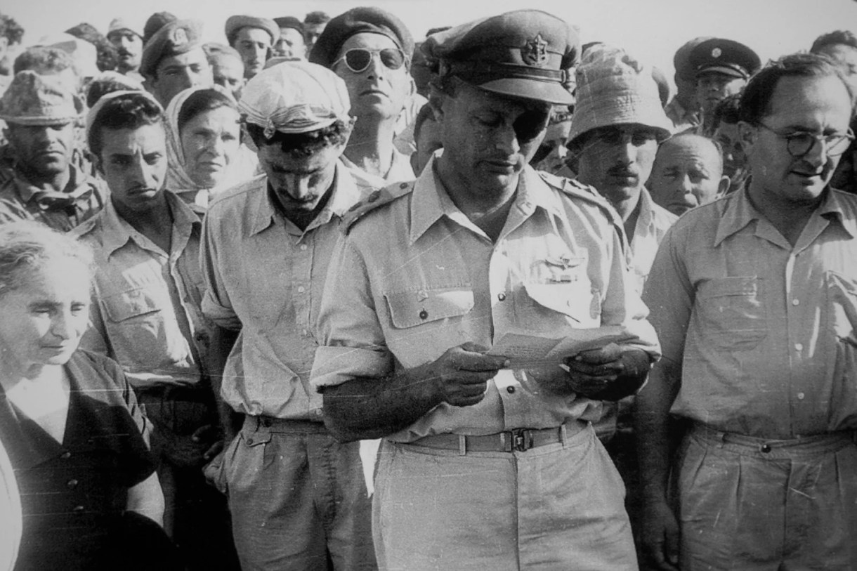 Moshe Dayan delivers a eulogy for Roi Rotberg in Kibbutz Nahal Oz in April 1956 (Twitter/@ProvMagazine)