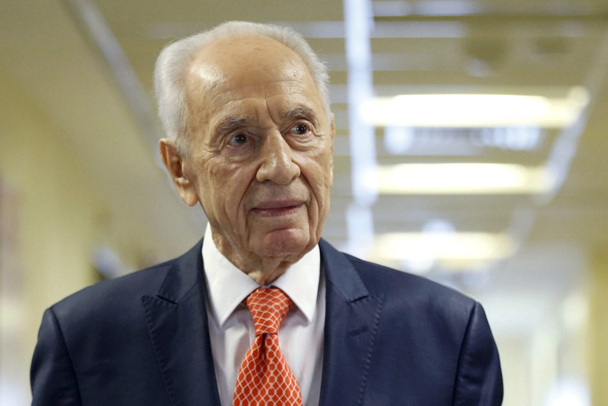 Former Israeli President Shimon Peres delivers a statement to the media as he is discharged from a hospital near Tel Aviv, 19 January, 2016 [Baz Ratner/Reuters]