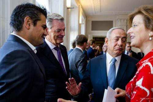Dutch Member of Parliament Tunahan Kuzu yesterday refused to shake hands with Israeli Prime Minister Benjamin Netanyahu. [Twitter @1DieReportage]