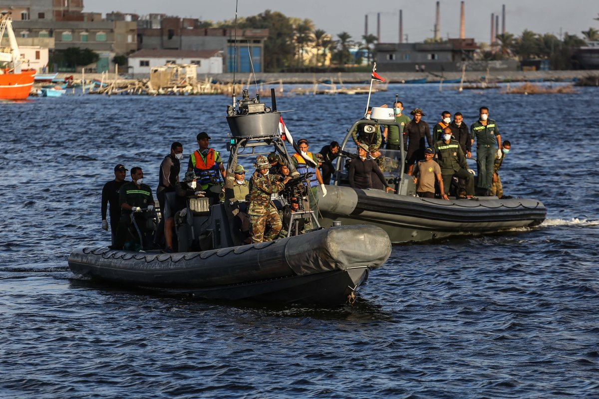 Egyptian security forces and health workers search for migrants who are lost at sea in Egypt on September 27th 2016 [İbrahim Ramadan/Anadolu Agency]