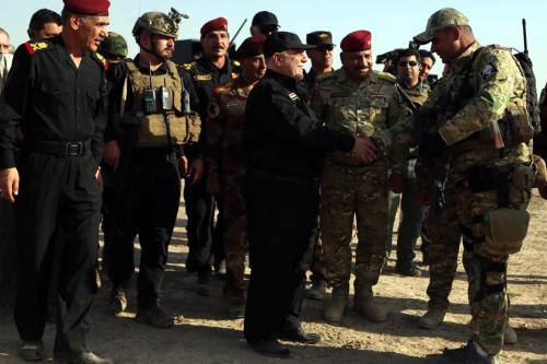 Iraqi Prime Minister Haider al-Abadi (R) talks with soldiers as he visits Iraqi army positions during the operation to retake Iraq's Mosul from Daesh, on October 19, 2016. [Pool / Iraqi Prime Ministry Press Office - Anadolu Agency]