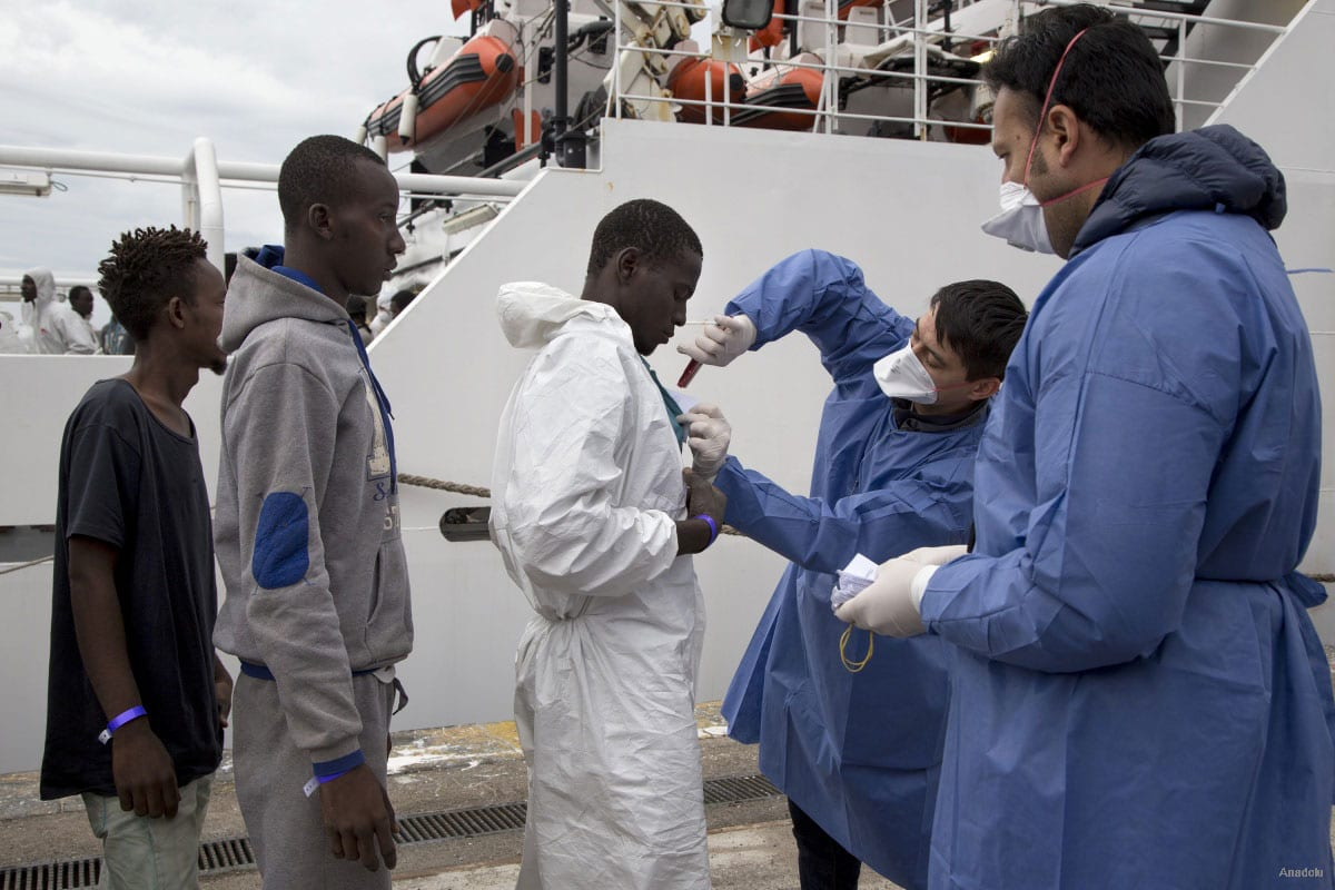 """Refugees are seen after the arrival of the Coast Guard ship """"Bruno Gregoretti"""" at Naples harbour on October 23, 2016 [Alessio Paduano / Anadolu]"""