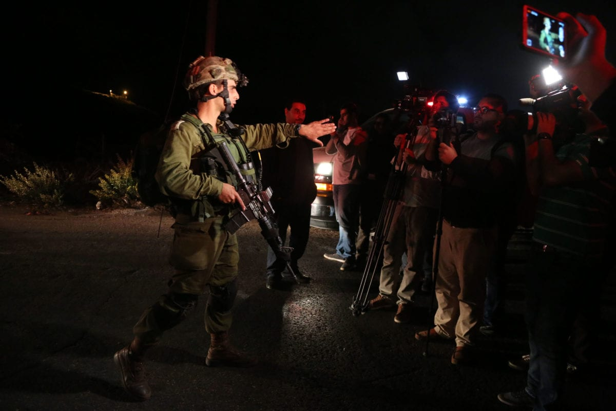 Israeli forces telling journalists to leave after shooting a Palestinian dead in Ramallah, West Bank on 31st October 2016 [Issam Rimawi/Anadolu Agency]