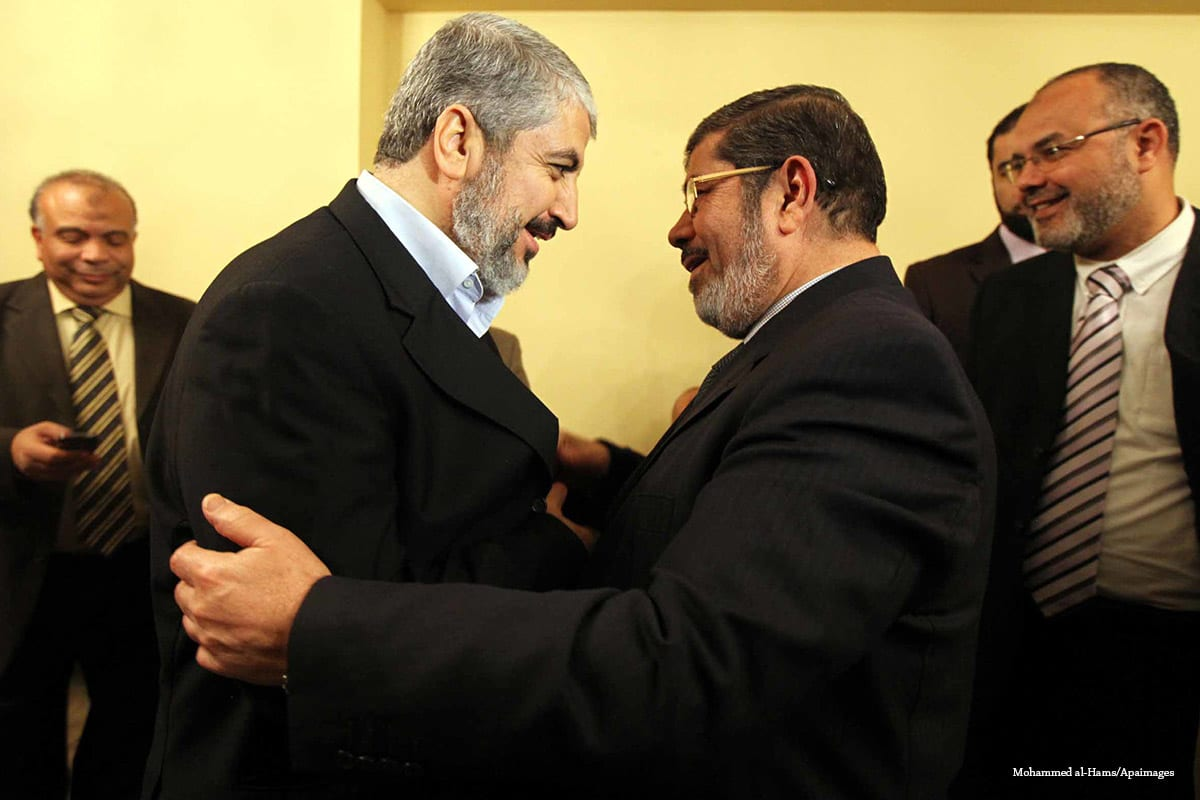 Mohammed Morsi meets with Palestinian Hamas leader Khaled Meshaal (R) in Cairo, Egypt on 21 January 2012 [Mohammed al-Hams/Apaimages]