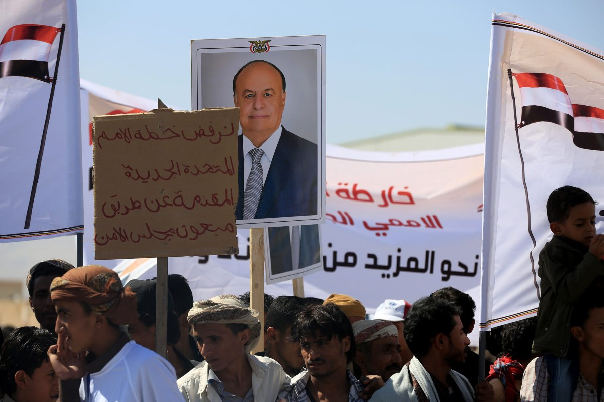 Supporters of Legal Government hold the portraits of Yemeni President Abd Rabbuh Mansur Hadi in Yemen on 3 November, 2016 [Ali Owidha /Anadolu Agency]