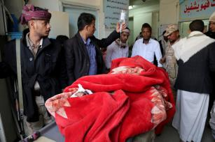 A wounded man is taken to hospital after being injured during the clashes between People's Resistance Forces and Houthi forces in Taiz, Yemen on November 17, 2016 [Abdulnasser Alseddik/Anadolu Agency]