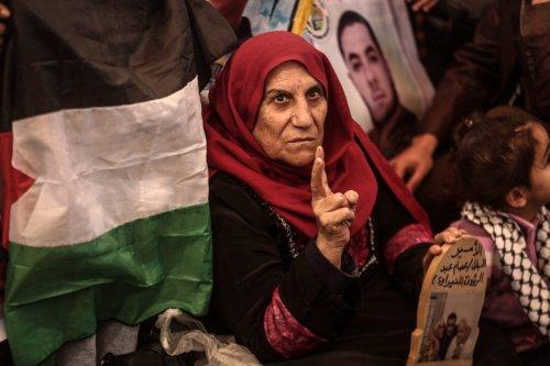 Palestinians take part in a protest demanding the release of Israeli-held Palestinian prisoners in front of the International Red Cross building in Gaza City, Gaza on 21 November 2016 [Ali Jadallah/Anadolu Agency]