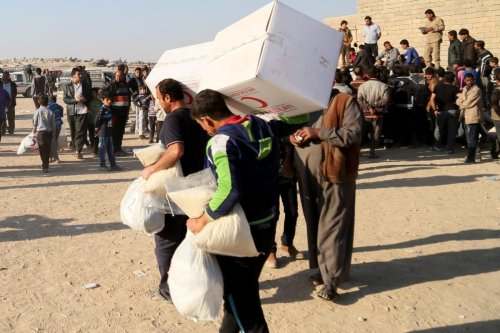 Internally displaced Iraqis fleeing fighting around the Iraqi city of Mosul receive aid from Turkish Red Crescent in Faziliye village of Bashiwa town in Iraq on November 28 2016 [Yunus Keleş/Anadolu Agency]