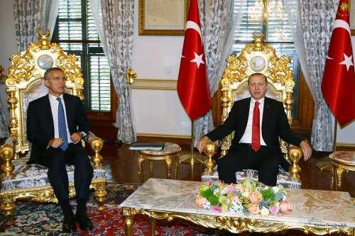 Turkish President Recep Tayyip Erdogan (R) and NATO Secretary General Jens Stoltenberg (L) pose for a photo during their meeting in Istanbul, Turkey on 21 November 2016 [Kayhan Özer/Anadolu]