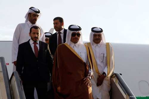 Qatar's Foreign Minister Sheikh Mohammed bin Abdulrahman Al-Thani (C) is welcomed by Qatar's Ambassador to Beirut Ali on November 23 2016 [Furkan Güldemir/Anadolu]