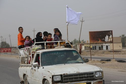 Civilians holding white flags in order not to be fired upon as the operation to retake Iraq's Mosul from Daesh continues, on November 1 2016 [Hemn Baban/Anadolu]
