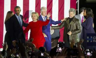 PHILADELPHIA, UNITED STATES: US Democratic presidential candidate Hillary Clinton (3rd L), her husband former US president Bill Clinton (C), their daughter Chelsea Clinton (L), US President Barack Obama (2nd L), his wife Michelle Obama (R) and singer Jon Bon Jovi (2nd R) participate Hillary Clinton's final 2016 US presidential campaign in Philadelphia, Pennsylvania, 7 November 2016. [Selçuk Acar/Anadolu Agency]
