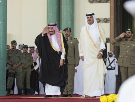 Saudi King Salman bin Abdulaziz (L) is welcomed by Emir of Qatar Sheikh Tamim bin Hamad Al Thani (R) in Doha, Qatar on 5 December 2016 [Bandar Algaloud/Anadolu Agency]