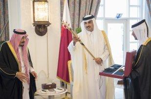 Emir of Qatar Sheikh Tamim bin Hamad Al Thani (C) presents a gift to King of Saudi Arabia Salman bin Abdulaziz (L) during their meeting at Royal Palace in Doha, Qatar on 5 December, 2016 [Bandar Algaloud/Anadolu Agency]