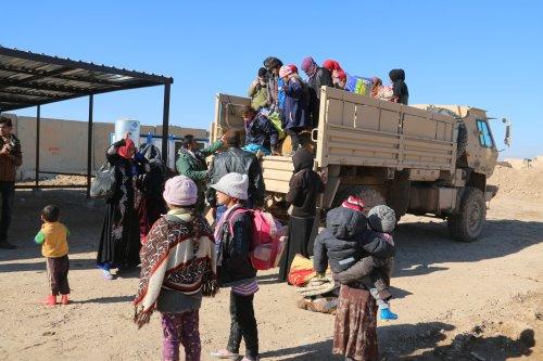 Iraqi refugees take shelter near peshmerga forces in Iraq on 7 December 2016 [Ali Mukarrem Garip /Anadolu Agency]