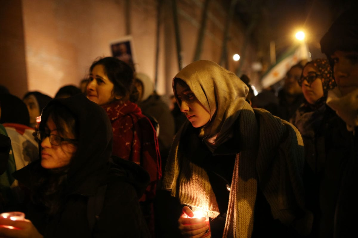 People light candles and hold posters next to the Russian consulate, during a demonstration to protest Assad regime forces' and its supporters' attacks on civilians and the humanitarian plight in Aleppo, on December 13, 2016 in New York, United States [Mohammed Elshamy / Anadolu Agency]