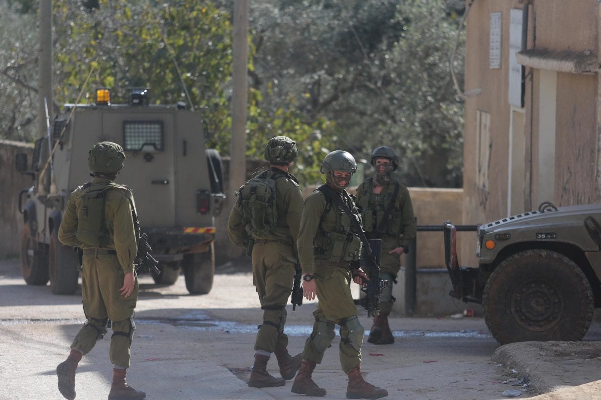 Israeli soldiers are seen as they storm over Palestinians' homes and shops during an operation carried in West Bank [Issam Rimawi / Anadolu Agency]