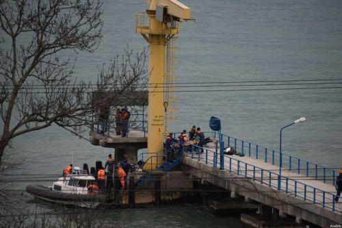 Rescuers carry the body of a victim of Russian Defence Ministry's TU-154 crash, found at the site of the Tu-154 plane crash near Sochi, Russia, 25 December 2016 [Ekaterina Lyzlova / Anadolu Agency]