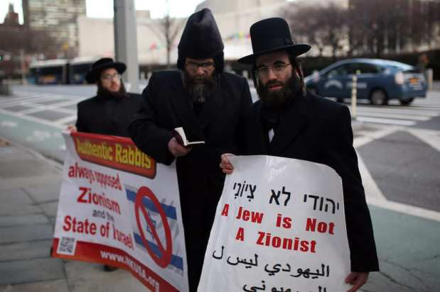 Orthodox Jews hold banners during a protest in New York to support the UN's decision to condemn Israeli settlements [Mohammed Elshamy / Anadolu Agency]