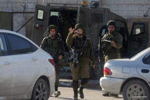 Israeli forces stand guard at a checkpoint [ Issam Rimawi/Anadolu]