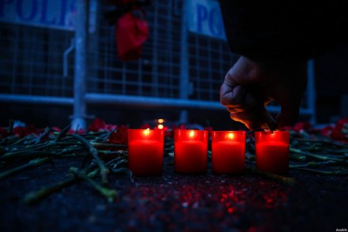 Carnations and candles are placed at site to pay tribute to victims of Istanbul night club terror attack in Istanbul, Turkey on January 01, 2017 [Arif Hüdaverdi Yaman / Anadolu Agency]